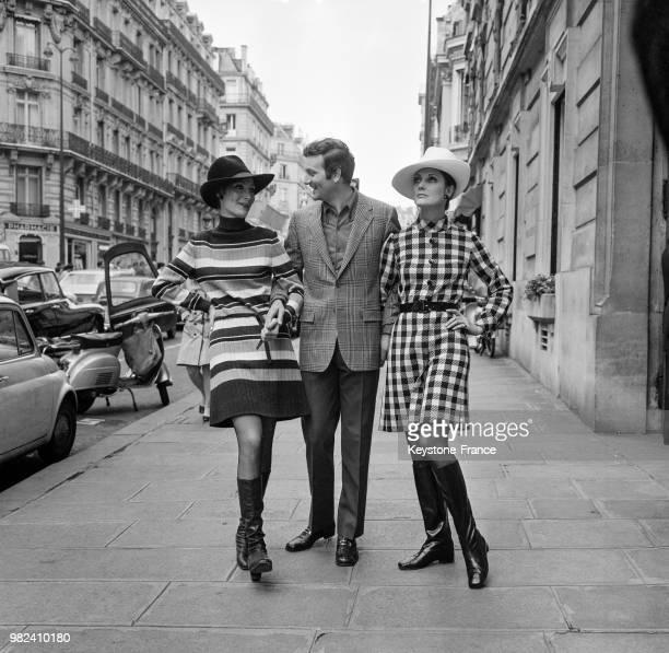 Mannequins présentant trois modèles de la Collection Prêtàporter de Pierre Balmain Ecureuil Stepple et Euora à Paris en France le 15 avril 1969