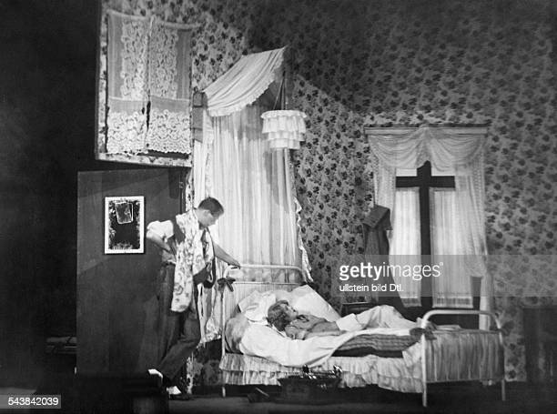 Mannheim Lucie Actress Germany*30041899and actor Fritz Rasp in the play 'Apollo Brunnenstrasse' Volksbuehne Berlin Direction Juergen Fehling decor...