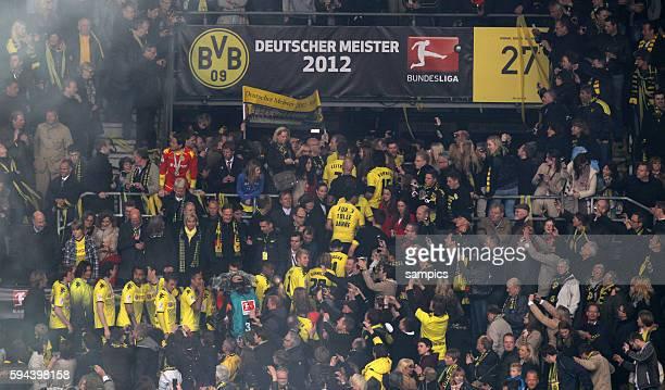 Mannschaft Borussia Dortmund feiert die deutsche Meisterschaft 2012 Fussball 1 Bundesliga Borussia Dortmund SC Freiburg 552012 Signal Iduna Park