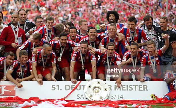 Mannschaft des FC Bayern mit Meisterschale deutsche Fussball Meisterschaft des FC Bayern München 1 Bundesliga Fussball FC Bayern München - VfB...