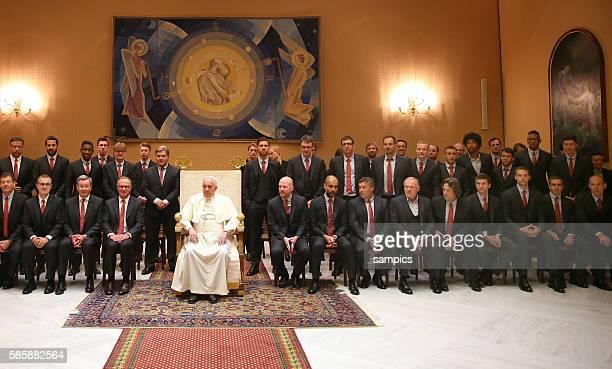 Mannschaft des FC Bayern München mit Papst Heiliger Stuhl Private Audienze des FC Bayern München in Rom Vatikan beim Papst Franziskus