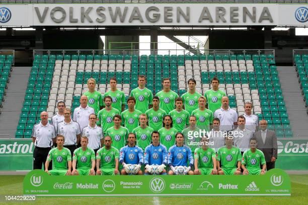 Mannschaft vom VfL Wolfsburg Saison 2011/2012 mit Trainer Felix Magath re aussen stehend hier 4 Rvli Simon Kjaer Thoelke Madlung Scheidhauer Lakic...