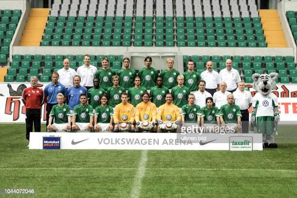 Mannschaft vom VfL Wolfsburg Serie 2004/05 hier mit Trainer Erik Gerets li stehend Joerg Drill Manfred Kroß Maik Franz Diego Klimowicz Marino...
