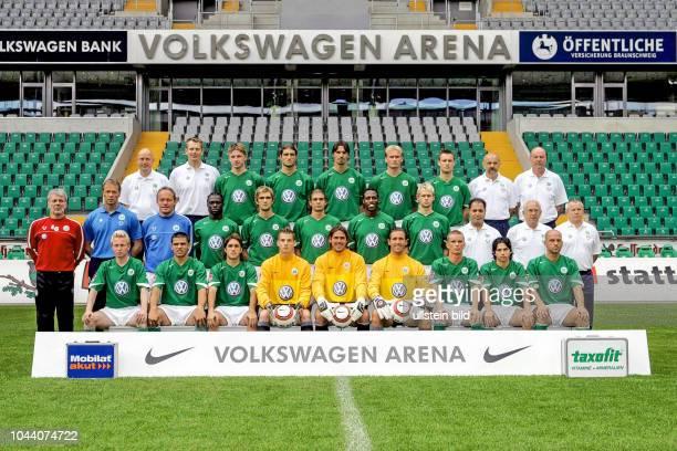 Mannschaft vom VfL Wolfsburg Serie 2004/05 HRvl Joerg Drill Manfred Kroß Maik Franz Diego Klimowicz Marino Biliskov Miroslav Karhan Kevin Hofland Dr...