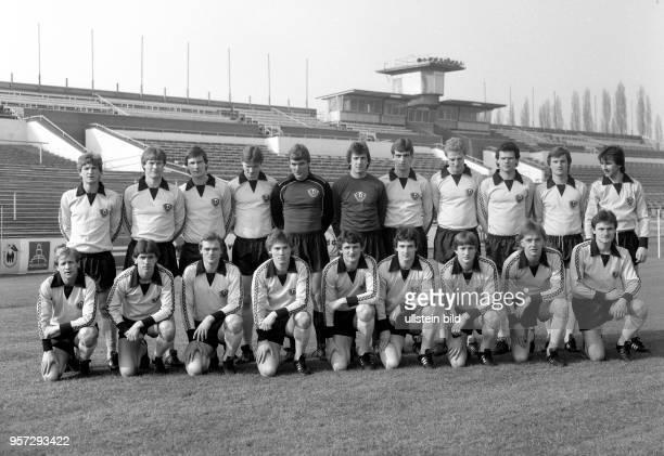 Mannschaftsbild der SG Dynamo Dresden in der Saison 1981/1982 im DynamoStadion in Dresden aufgenommen im März 1982