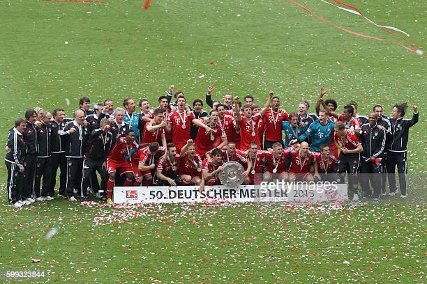 Mannschaftsfoto der meistermannschaft FC Bayern München mit Meisterschale 1 Bundesliga Fussball FC Bayern München - FC Augsburg 3:0 Deutscher...