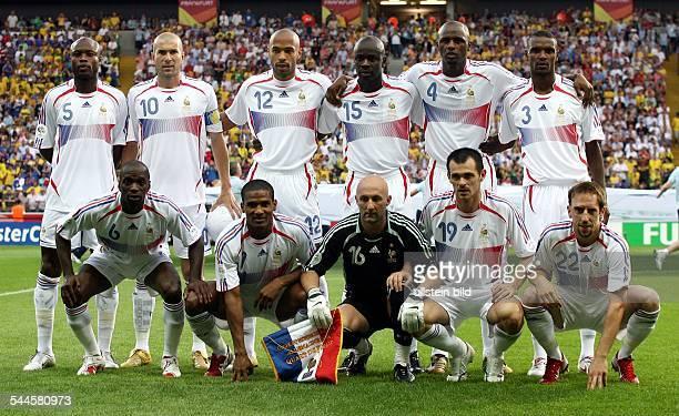 FIFA WM 2006 Viertelfinale in Frankfurt aM Brasilien Frankreich 01 Mannschaftsfoto Frankreich vor dem Spielhinten vl William Gallas Zinedine Zidane...