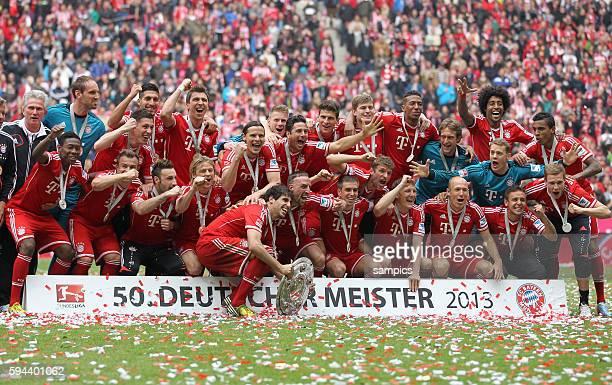 Mannschaftsfoto mit Meisterschale 1 Bundesliga Fussball FC Bayern München - FC Augsburg 3:0 Deutscher Fussball Meister 2013 Feierlichkeiten Saison...