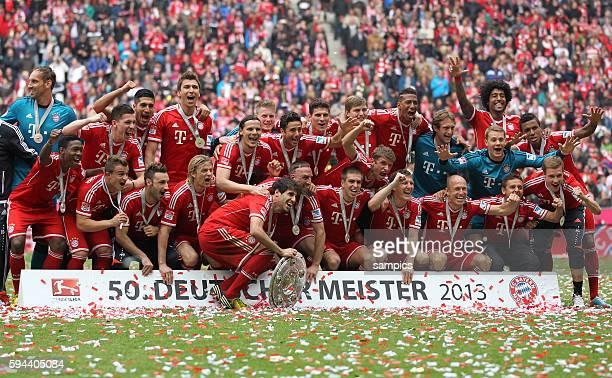 Mannschaftsfoto mit Meisterschale 1 Bundesliga Fussball FC Bayern München FC Augsburg 30 Deutscher Fussball Meister 2013 Feierlichkeiten Saison 2012...
