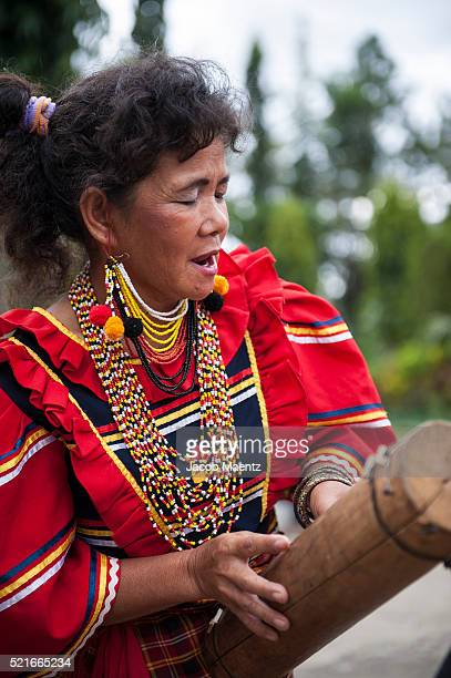 manobo women singing a traditional song while playing a bamboo zeither - bambou chanteuse photos et images de collection