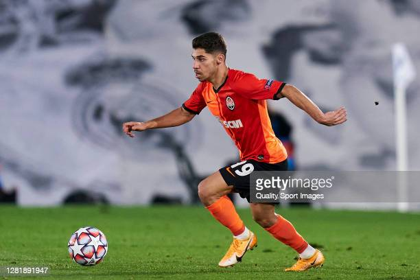 Manor Solomon of Shakhtar Donetsk runs with the ball during the UEFA Champions League Group B stage match between Real Madrid and Shakhtar Donetsk at...