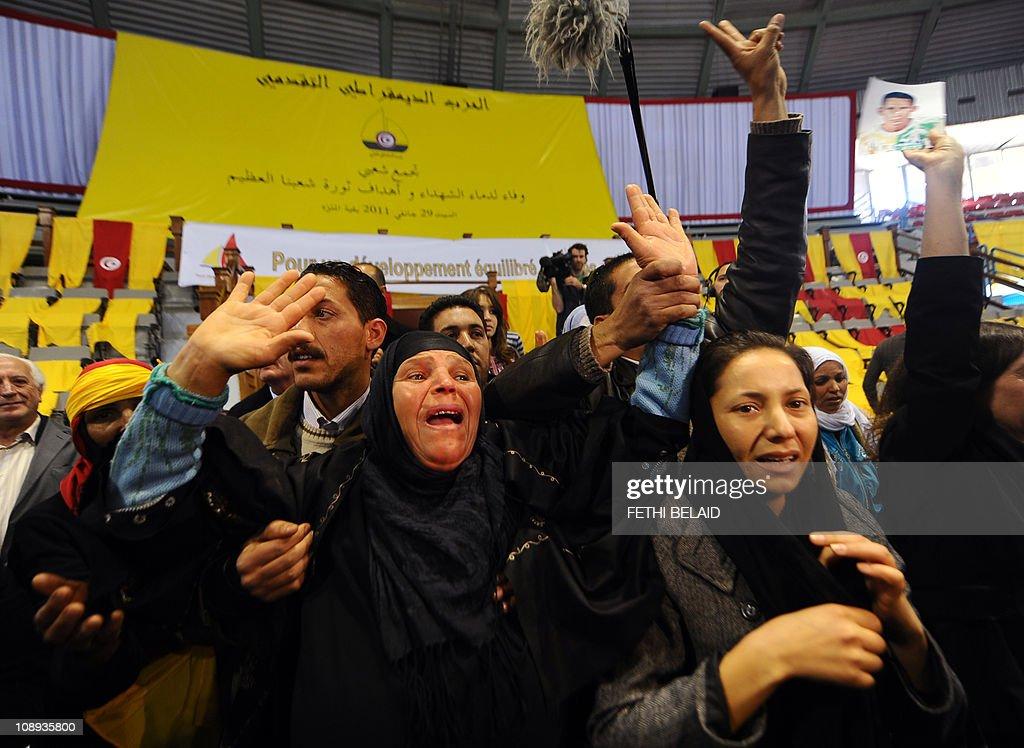 Manoubia Bouazizi (C), the mother of 26- : News Photo