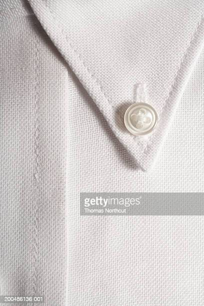 man's dress shirt, close-up of button-down collar - cuello parte de la vestimenta fotografías e imágenes de stock