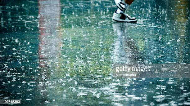 man's feet in the rain - heavy rain stockfoto's en -beelden