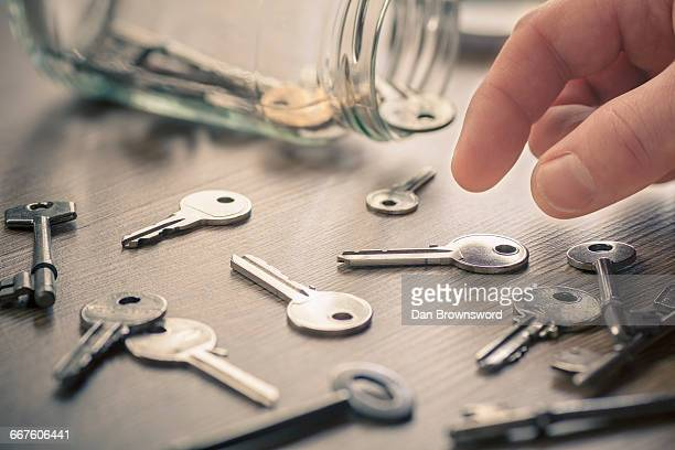 mans hand picking up keys - 40 44 jaar stock pictures, royalty-free photos & images