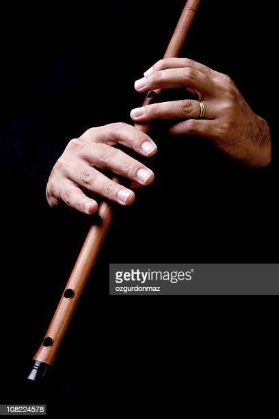 Mann Hand spielt Flöte