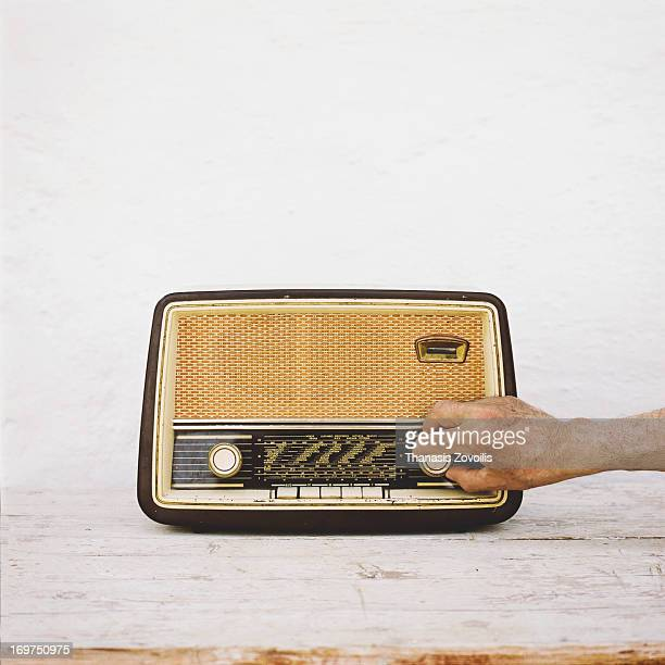 man's hands on old radio - radiogerät stock-fotos und bilder