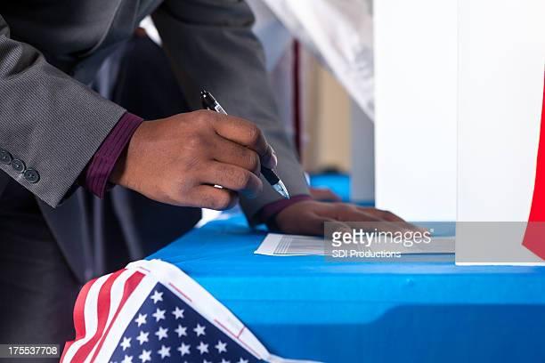 Mann's hands stimmen Wahl Wahl booth