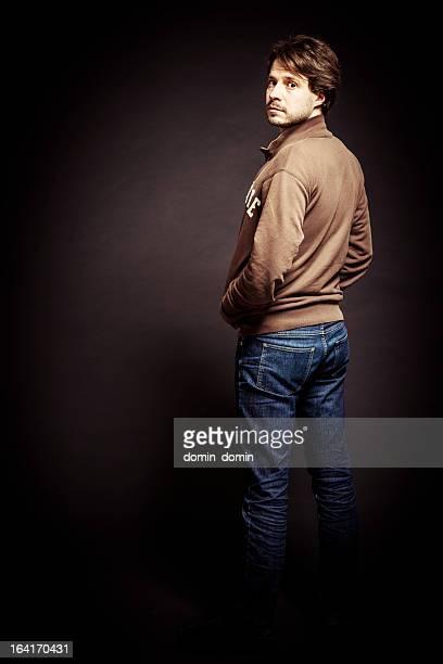 portrait de l'homme contre mur marron dans le studio, vue de dos - tourner photos et images de collection
