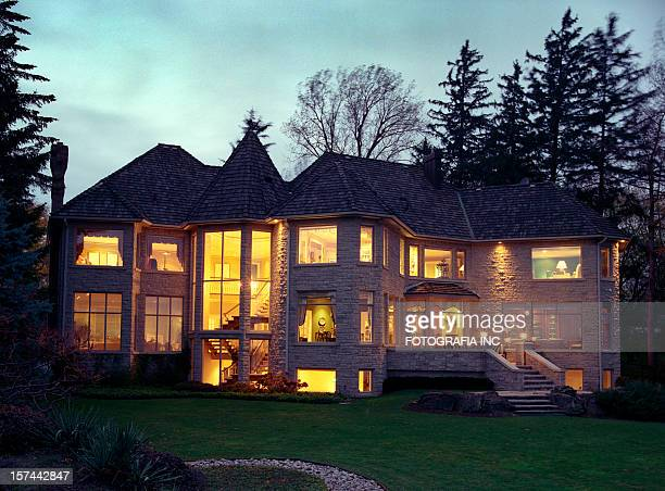 Mansion – Außenansicht bei Nacht