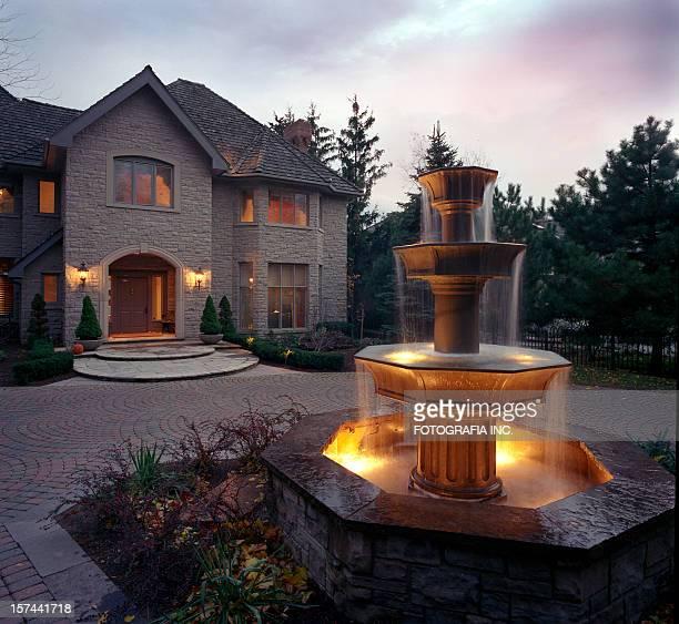 Mansion – Außenansicht am Abend