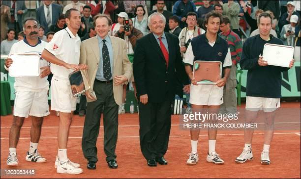 Mansour Barhani et Guy Forget , Henri Leconte et John McEnroe posent avec les trophées qu'ils ont remportés à l'issue du du tournoi en double des...