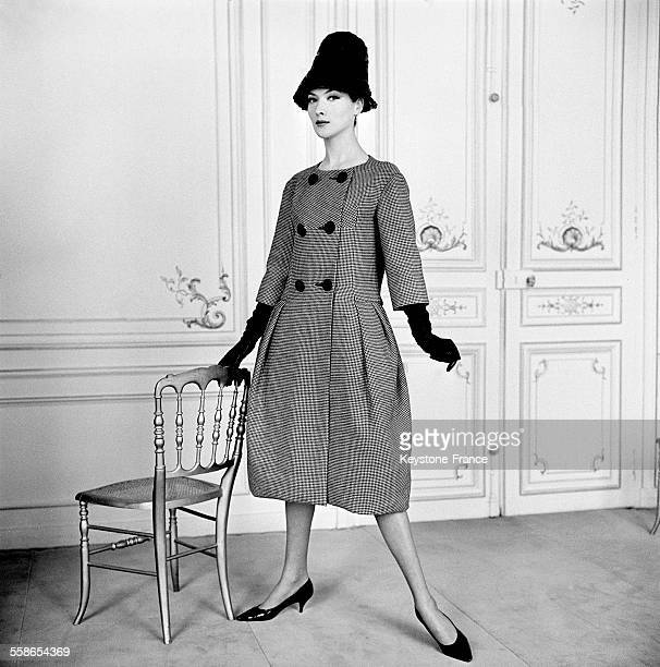 Manteau ballon en pieddepoule noir et blanc à Paris France en 1960