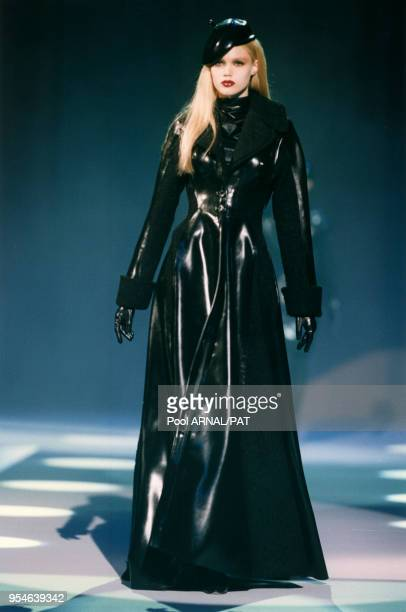 Manteau de latex noir de la collection Thierry Mugler Haute Couture AutomneHiver 97/98 le 10 juillet 1997 à Paris France