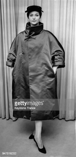 Manteau de théâtre de satin rouge porté sur une robe de velours qui dispose d'un grand col Collection d'hiver Christian Dior Londres le 12 septembre...