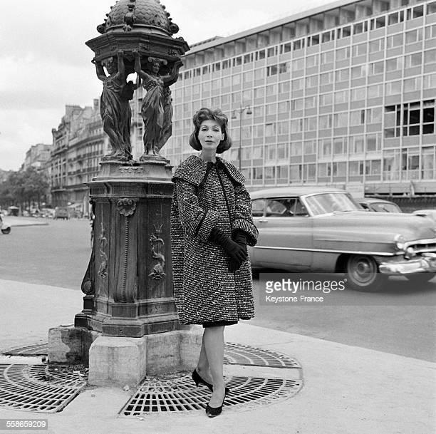 Manteau en gros tweed chiné noir et blanc de la création Chloé à Paris France le12 juillet 1960
