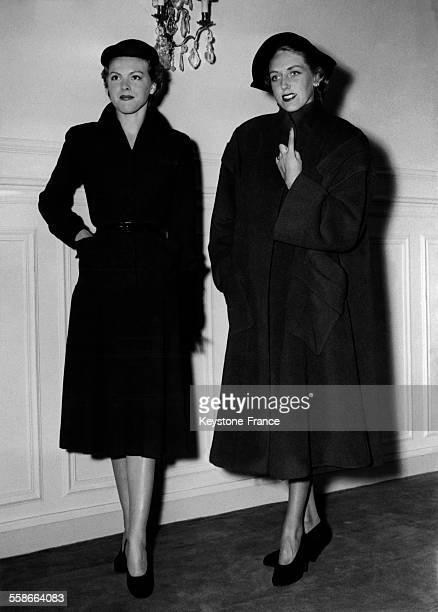 Manteau rouge de Pauin et robe en lainage violet de Robert Piguet Paris 1950