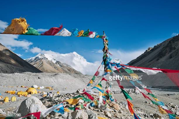 mantra flags, everest base camp, tingri, xizang, china - base camp stock pictures, royalty-free photos & images