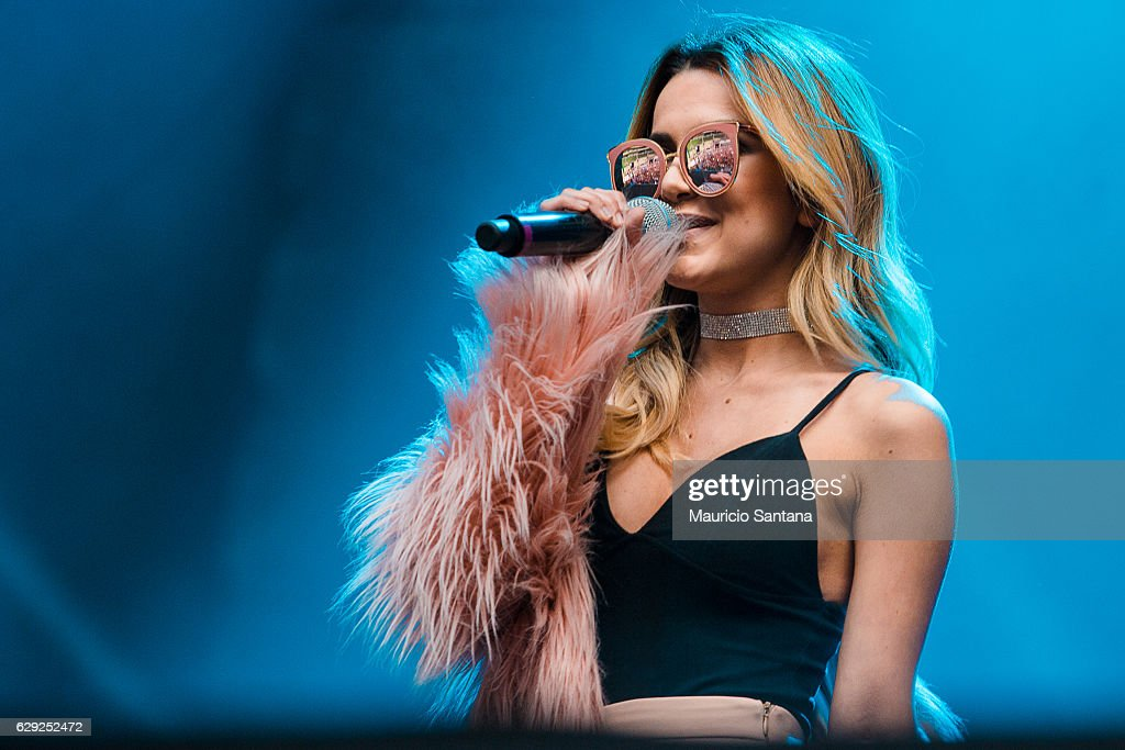 Manu Gavassi performs live on stage at Allianz Parque on December 10, 2016 in Sao Paulo, Brazil.