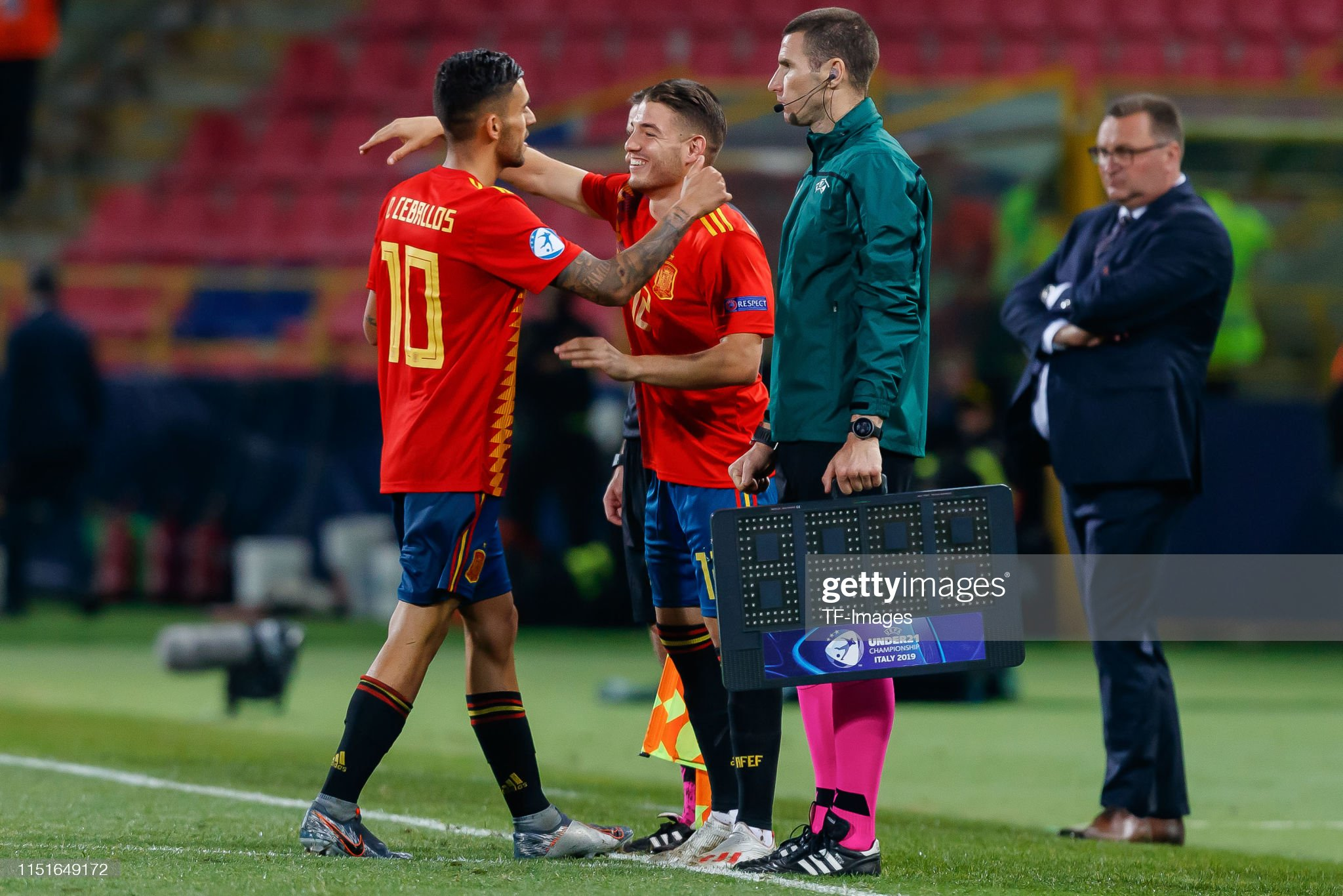 ¿Cuánto mide Manu Vallejo? - Altura - Real height Manu-vallejo-of-spain-substitutes-dani-ceballos-of-spain-during-the-picture-id1151649172?s=2048x2048