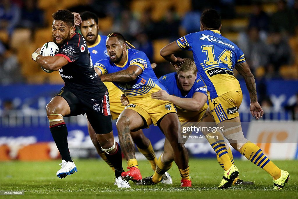 Manu Vatuvei of the Warriors makes a break against Ken Edwards of the Eels during the round 26 NRL match between the New Zealand Warriors and the Parramatta Eels at Mt Smart Stadium on September 4, 2016 in Auckland, New Zealand.