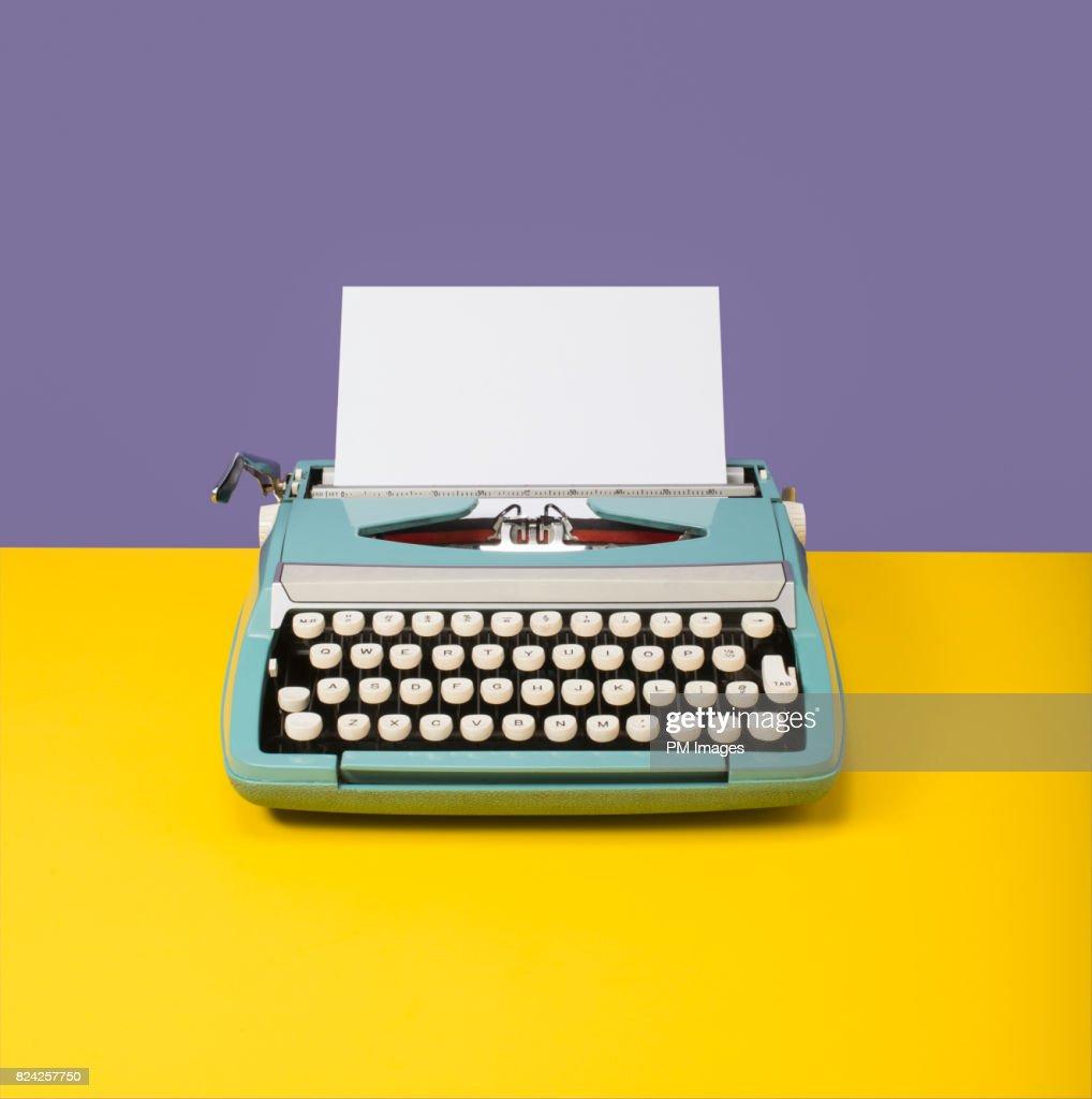 Manual typewriter with blank paper : Stock Photo