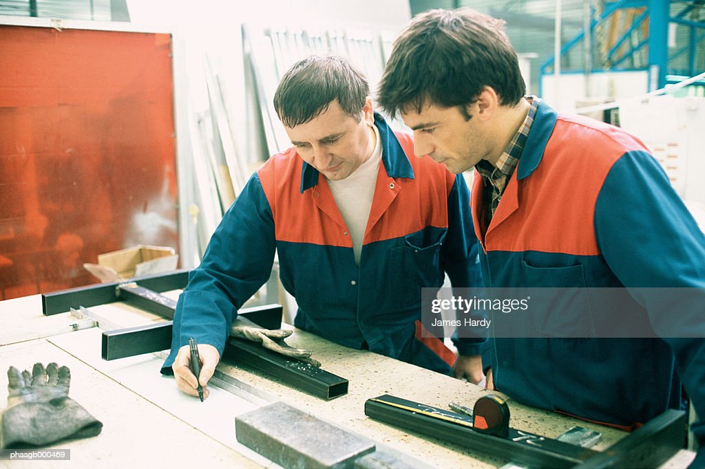Manual worker and apprentice : Stockfoto