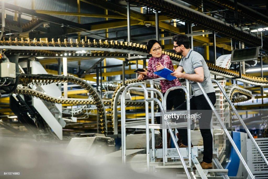 Arbeiter und Ingenieurin In einer Fabrik : Stock-Foto