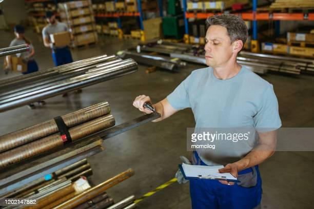 trabalhador manual controlando produção de metais na fábrica - indústria metalúrgica - fotografias e filmes do acervo