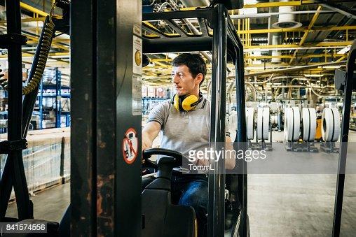 Arbeiter in einem Gabelstapler