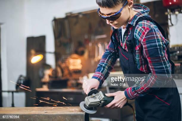 Arbetare i en workshop med kvarn