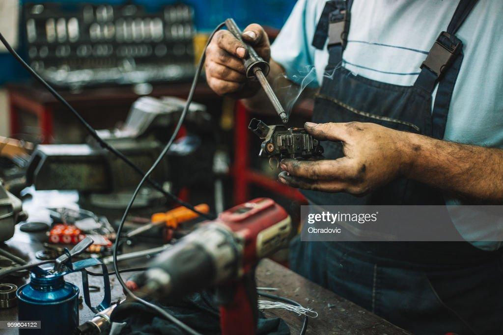 Arbeiter Elektromotor in einer Werkstatt reparieren : Stock-Foto
