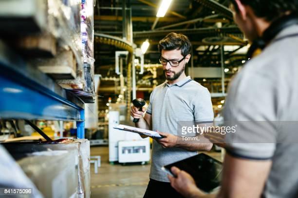 Arbeiter mit Barcode-Leser und Digital-Tablette