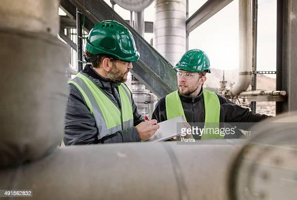 Handbuch Arbeiter in der Fabrik diskutieren