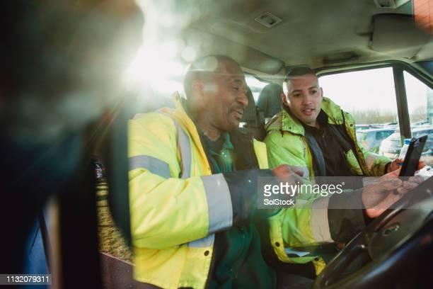 trabajadores manuales preparándose para empezar el día - camioneros fotografías e imágenes de stock