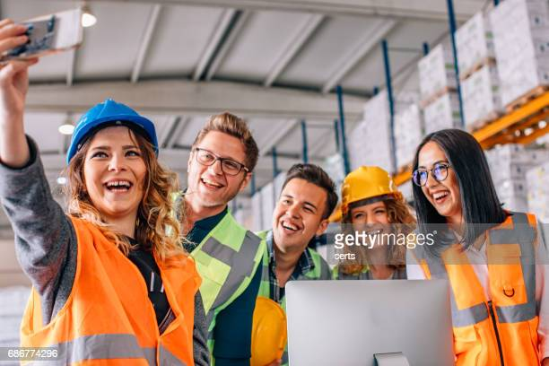 Arbeiders team doen selfie in magazijn