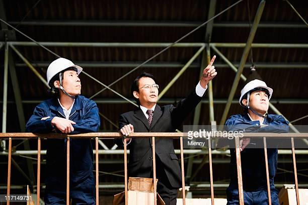マニュアルに visonary ボス産業労働者の倉庫のポートレート - オーバーオール ストックフォトと画像