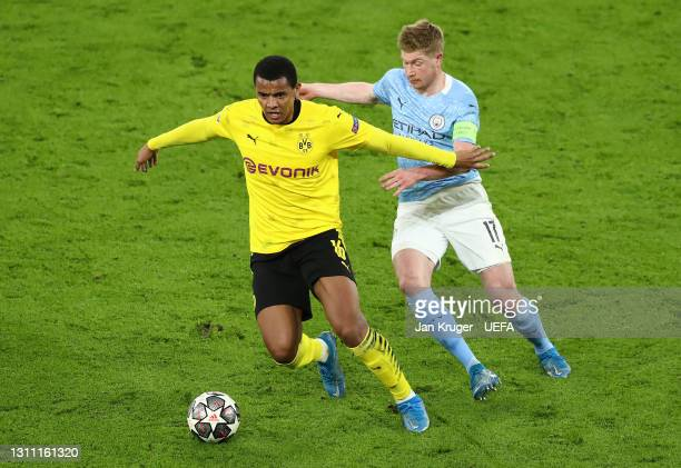 Manuel Akanji of Borussia Dortmund battles for possession with Kevin De Bruyne of Manchester City during the UEFA Champions League Quarter Final...