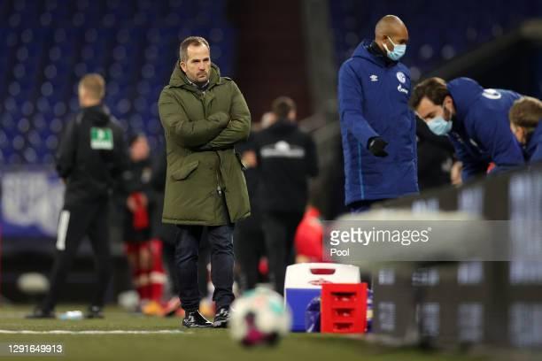 Manuel Baum, Head Coach of FC Schalke 04 and assistant Naldo react after the Bundesliga match between FC Schalke 04 and Sport-Club Freiburg at...