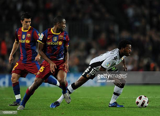 Manuel Fernandes of Valencia duels for the ball with Seydou Keita of Barcelona during the La Liga match between Barcelona and Valencia at the Camp...